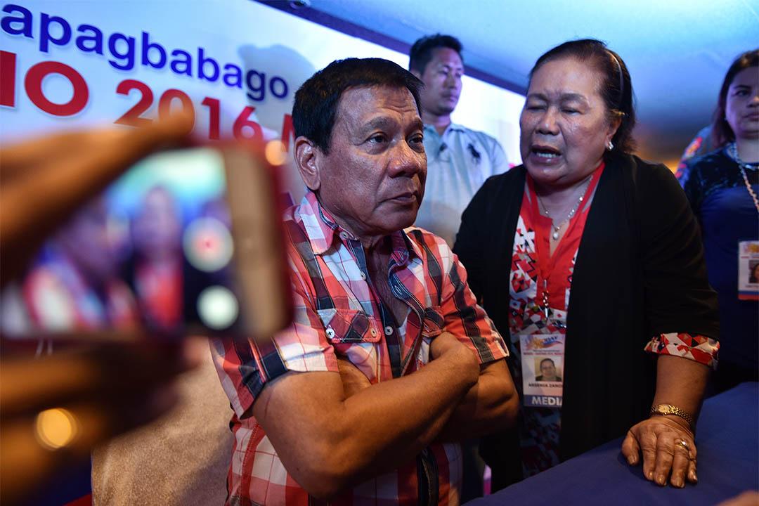 2016年5月9日,菲律賓總統參選人杜特地(Duterte)在投票後的記者會中被傳媒包圍。