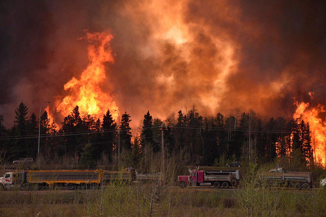 北部石油重鎮麥克默里堡部分地區陷入火海。攝: Terry Reith/CBC News/Handout via REUTERS