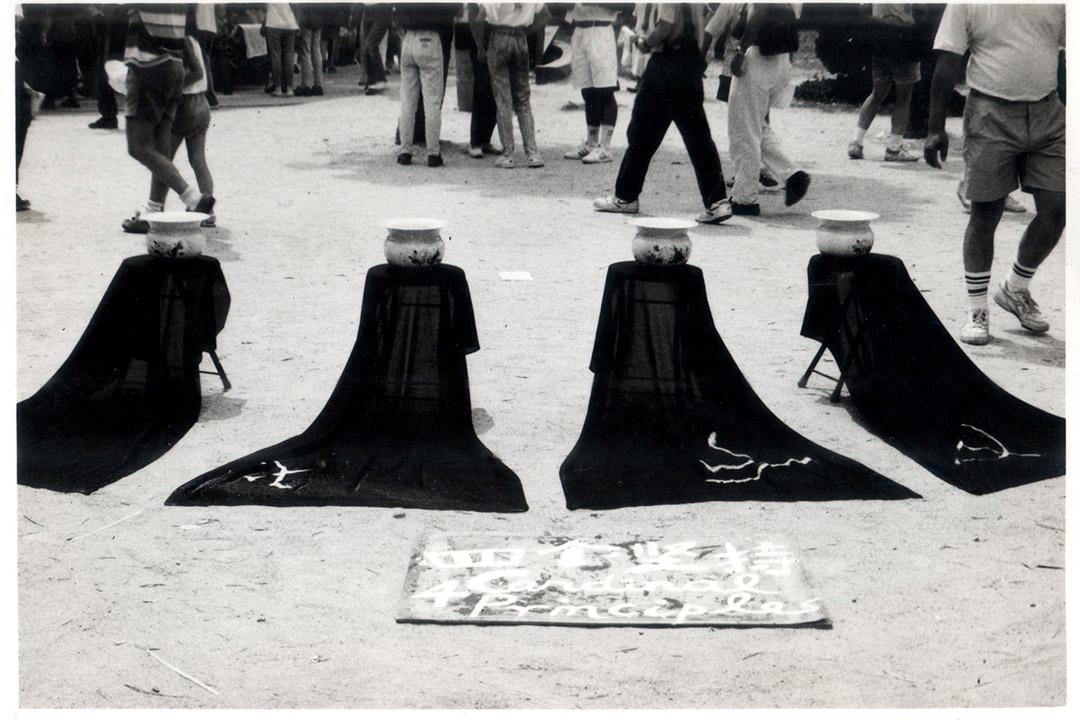 當年行為藝術家楊秀卓在民主藝墟擺出《四個堅持》,2011年他參與賴恩慈的  獨立電影《1+1》演主角之一的爺爺。