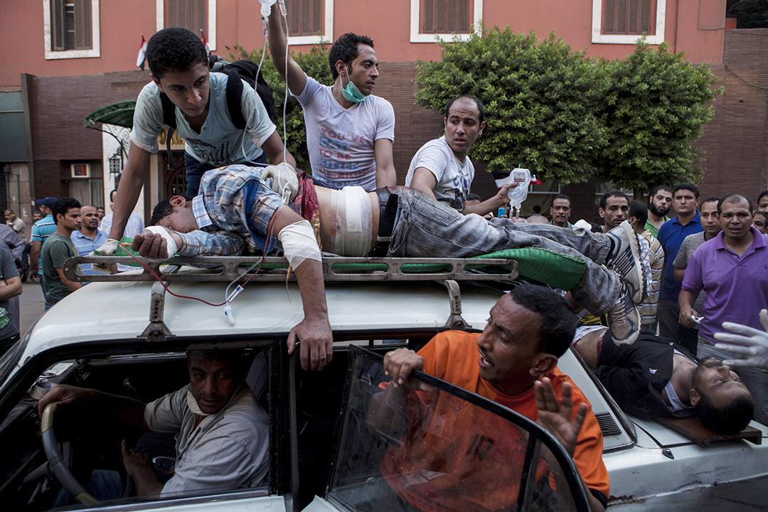 埃及 - 埃及政變事件 - 2013年7月27日至8月16日 - 2013年7月3日埃及軍方發動政變推翻總統穆罕默德·穆爾西。穆爾西下台後,反對政變之民眾便發起示威遊行要求恢復穆爾西的職權。8月14日,埃及安全部隊和警察對在開羅東北部阿達維耶清真寺廣場和中部復興廣場紮營抗議的穆爾西支持者進行清場行動。暴力衝突造成多人傷亡,穆斯林兄弟會指越2,600人在事件中死亡。