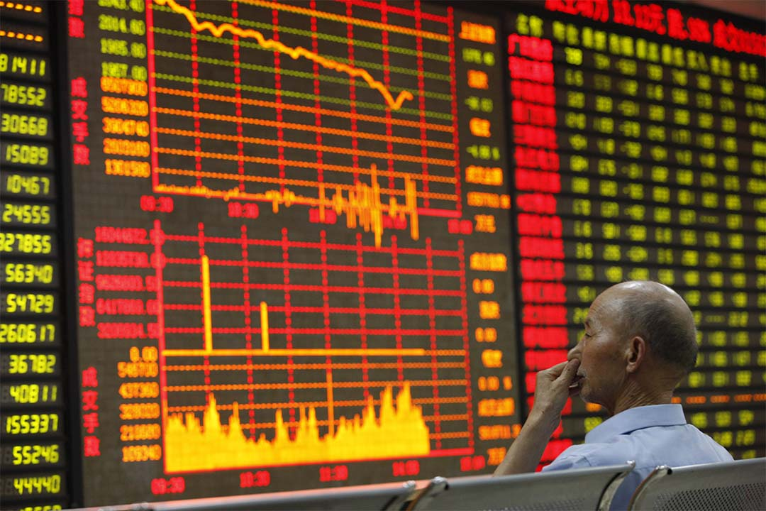 圖為股票投資者在留意股價。