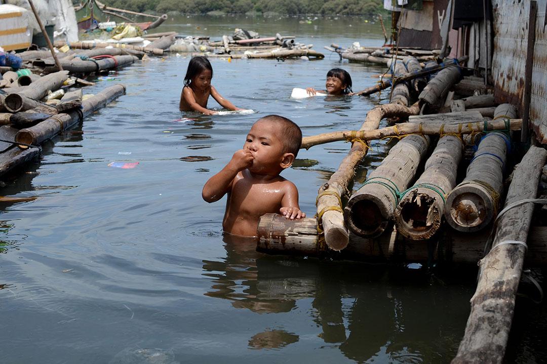 菲律賓馬尼拉灣貧民區,小孩在受污染中玩耍。