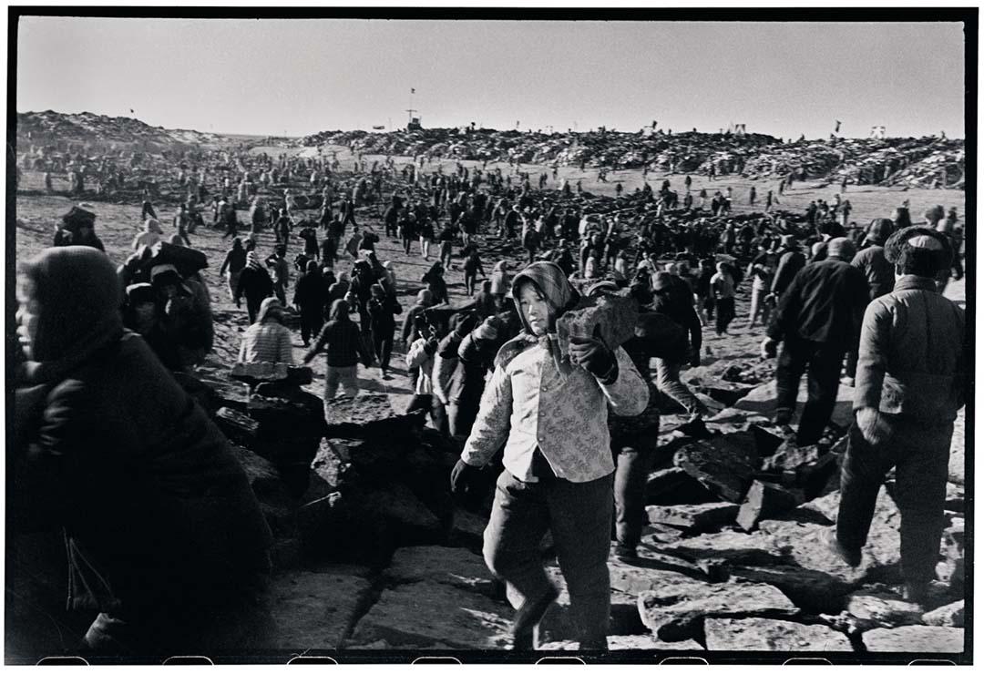 1974年12月18日,一名懷孕的女士在參與土地復耕。