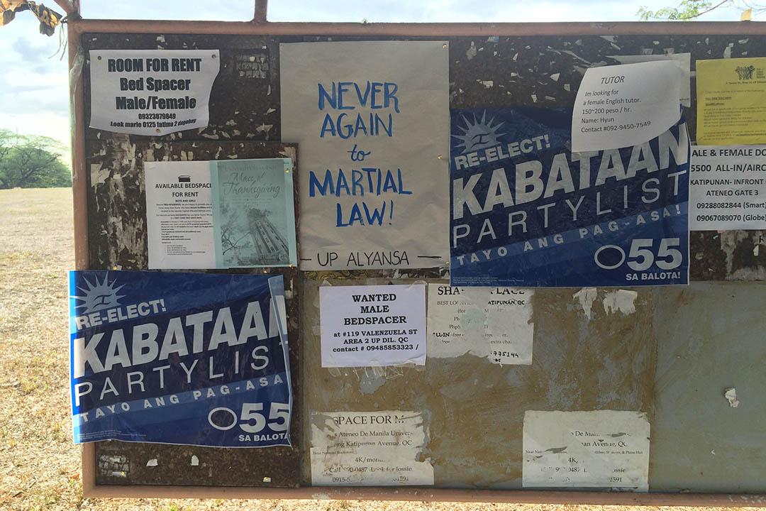 在菲律賓大學蒂利曼分校(UP Diliman)校園內,一佈告版被貼上「向戒嚴法重臨說不」(