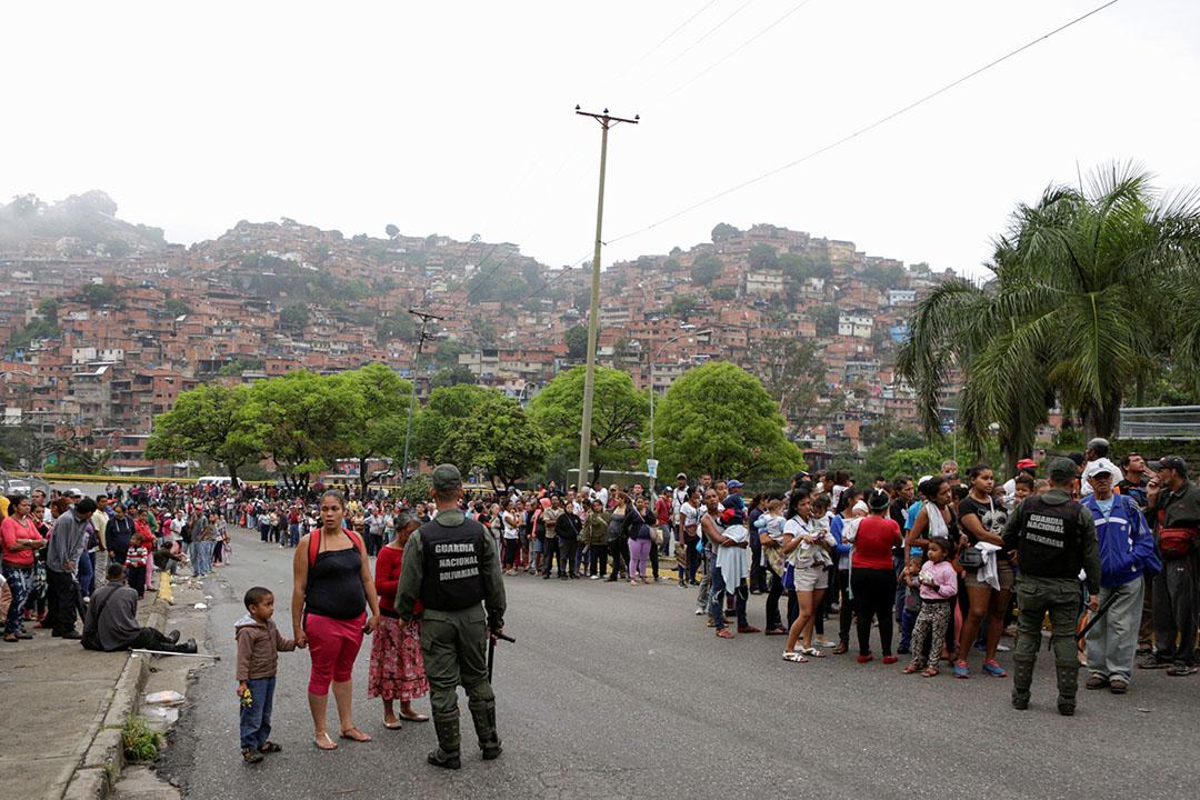 2016年5月15日,委內瑞拉加拉加斯,一家超市外大批市民排隊。
