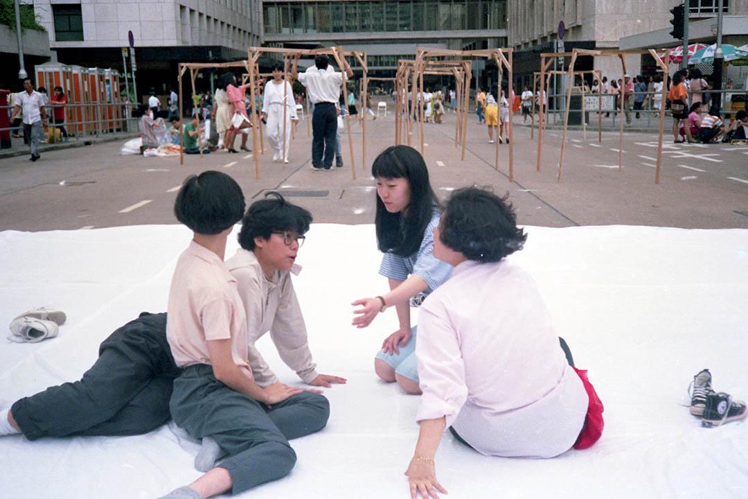 八九年五月十四日中環遮打道,進念「現在進行式:運動(一)」中「四女組  」鮑藹倫、馮美華、戴美玲和陳碧如。
