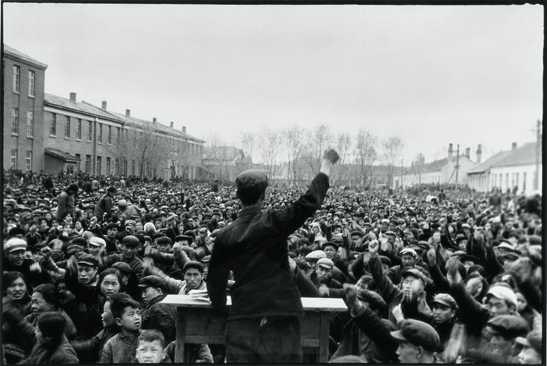 1965年5月12日,在富農和反黨分子被批鬥之前,黑龍江阿城區一個農民領袖帶領群眾叫喊口號「打倒階級敵人」。