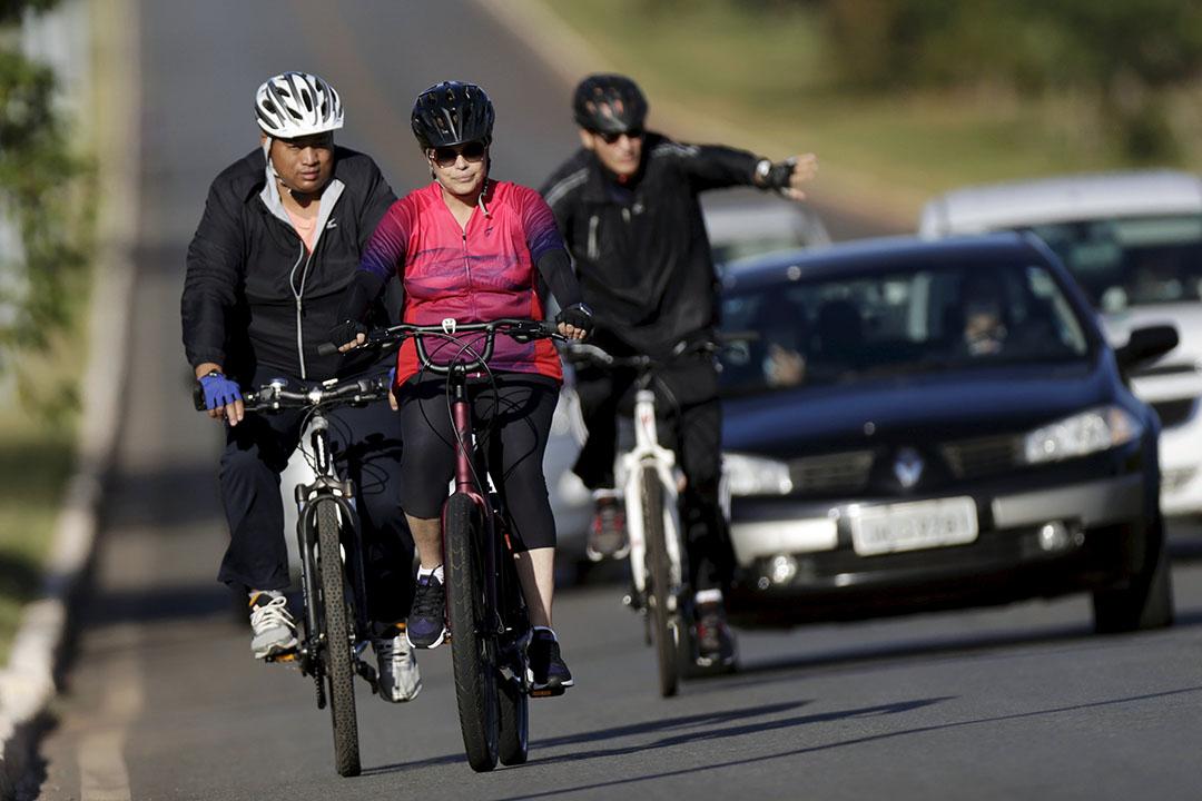 2016年4月17日,巴西利亞,羅塞芙在街上騎單車。