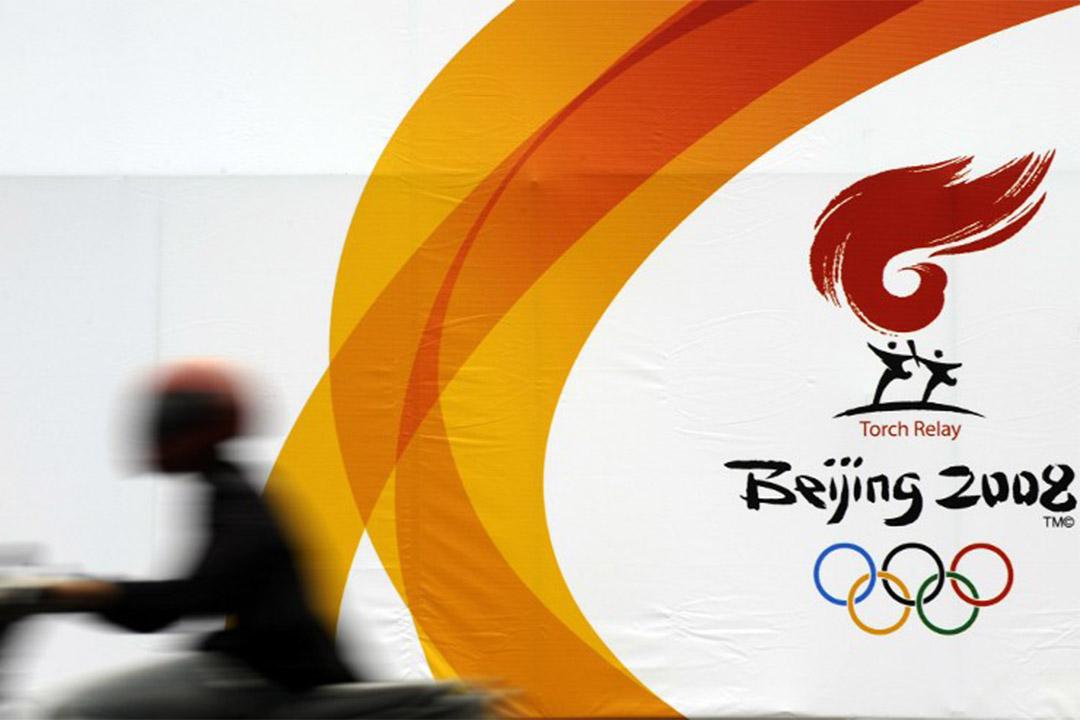 2008年4月21日,一個電單車駕駛者經過印尼一幅北京奧運聖火傳遞廣告。