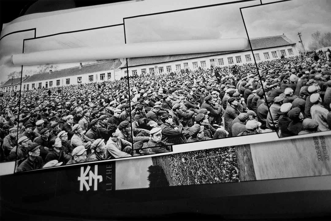 文革期間李振盛利用接片的技術完美和真實的記錄了大量浩大的場面。這張5張120照片的接片是1965年5月12日四清運動中黑龍江省阿城縣萬人對敵鬥爭大會的場面。
