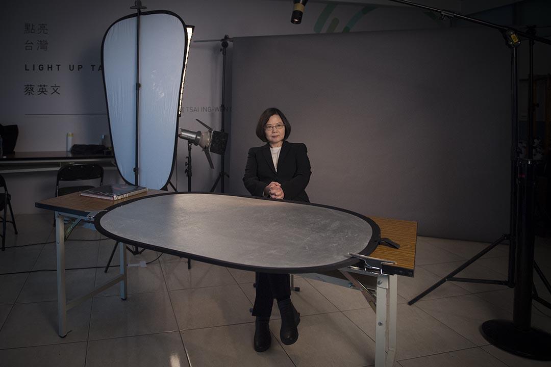 蔡英文在攝影棚內拍攝元首肖像照。