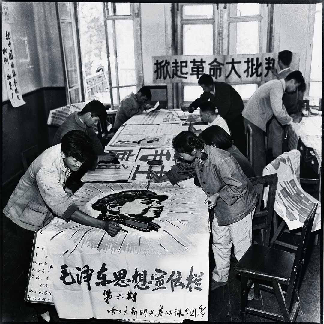 1967年,哈爾濱工業大學的紅衛兵正在寫大字報。