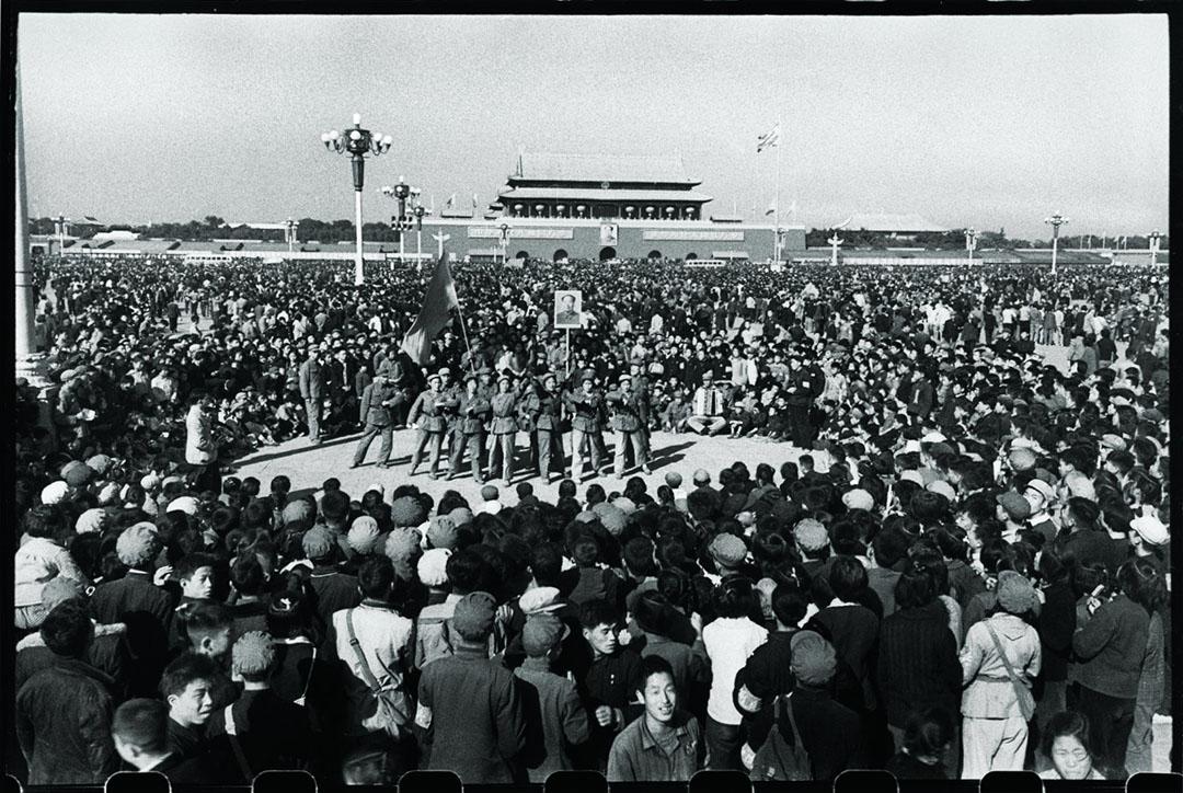 1966年10月5日,北京天安門廣場,超過一百萬的紅衛兵在等待毛澤東,其中有紅衛兵在跳忠字舞。