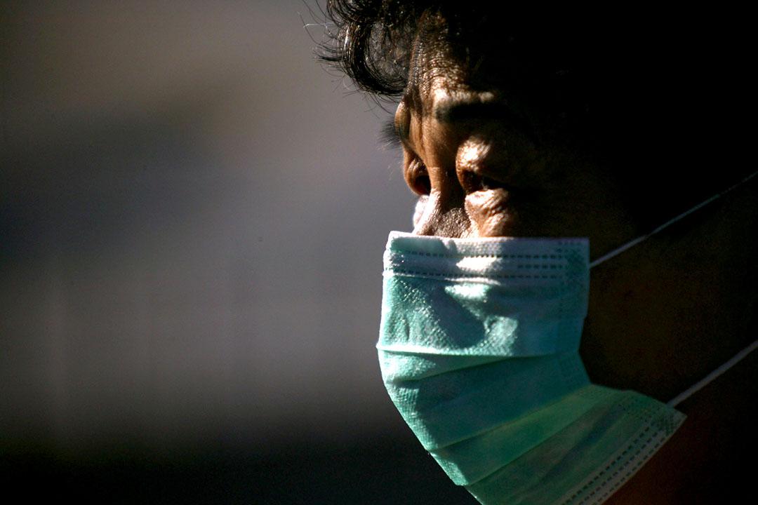 沙士在多間醫院爆發,醫護人員相繼受感染。