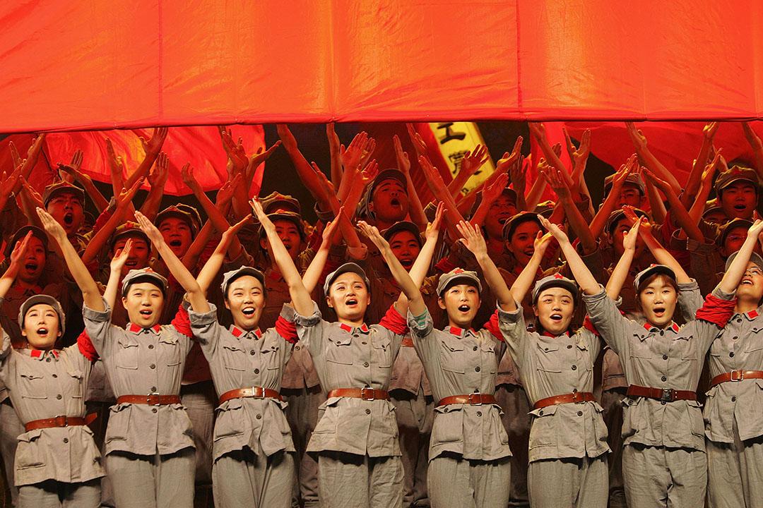 中國北京,青年唱歌紀念紅軍長征勝利。