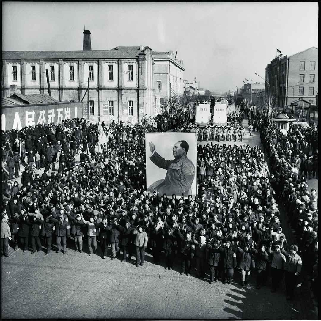 1967年,哈爾濱,在市政府被紅衛兵奪權兩周後,紅衛兵和解放軍繼續在街上遊行,歌誦毛澤東與革命。