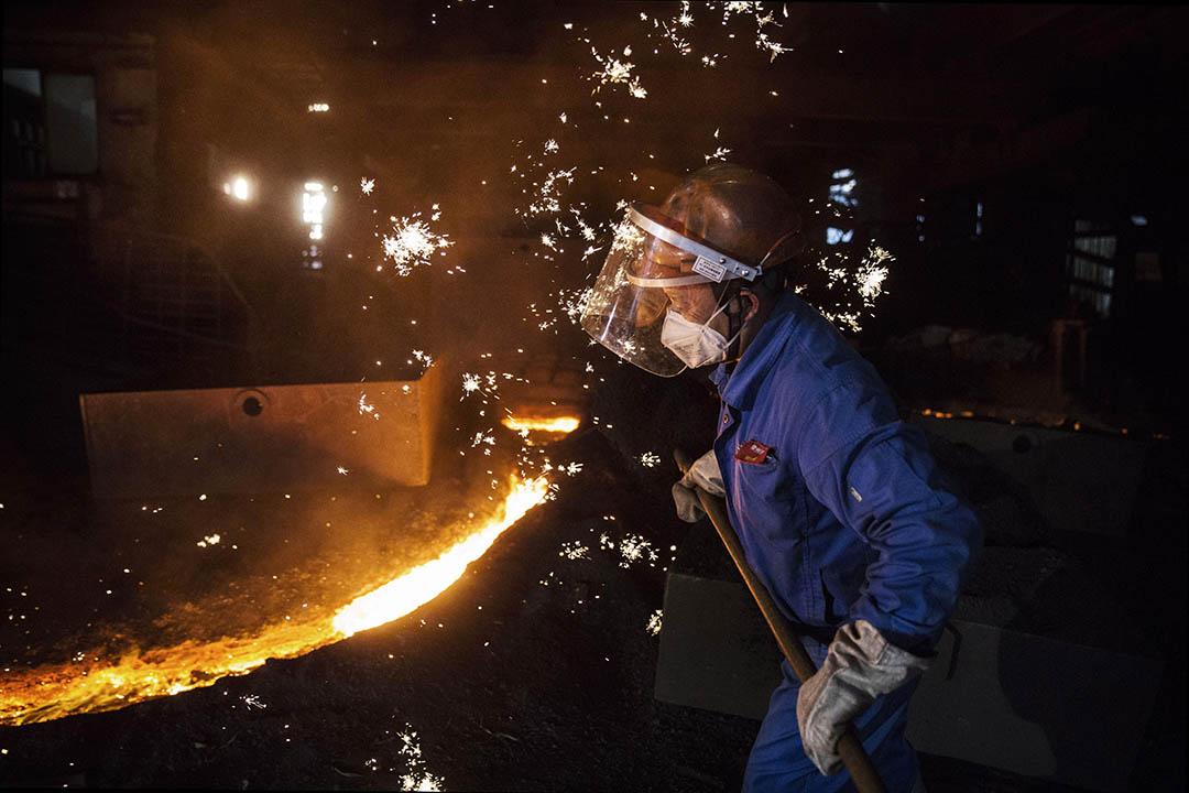 2016年5月12日,江蘇常州,一個工人在監控熔鐵程序。