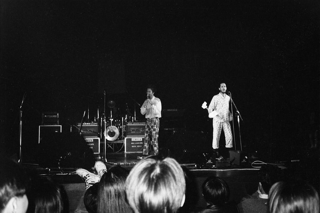 1990年1月6日高山劇場「革命音樂會」上,盒子的龔志成以即興音樂作背景  ,穿女裝睡衣的彼得小話朗讀一首關於香港人處境的作品。