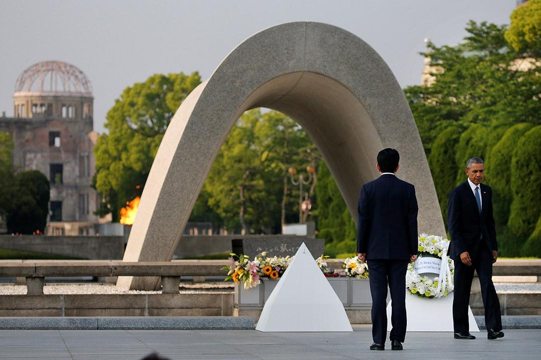 美國總統奧巴馬,由日本首相安倍晉三陪伴在廣島和平紀念公園獻花圈。