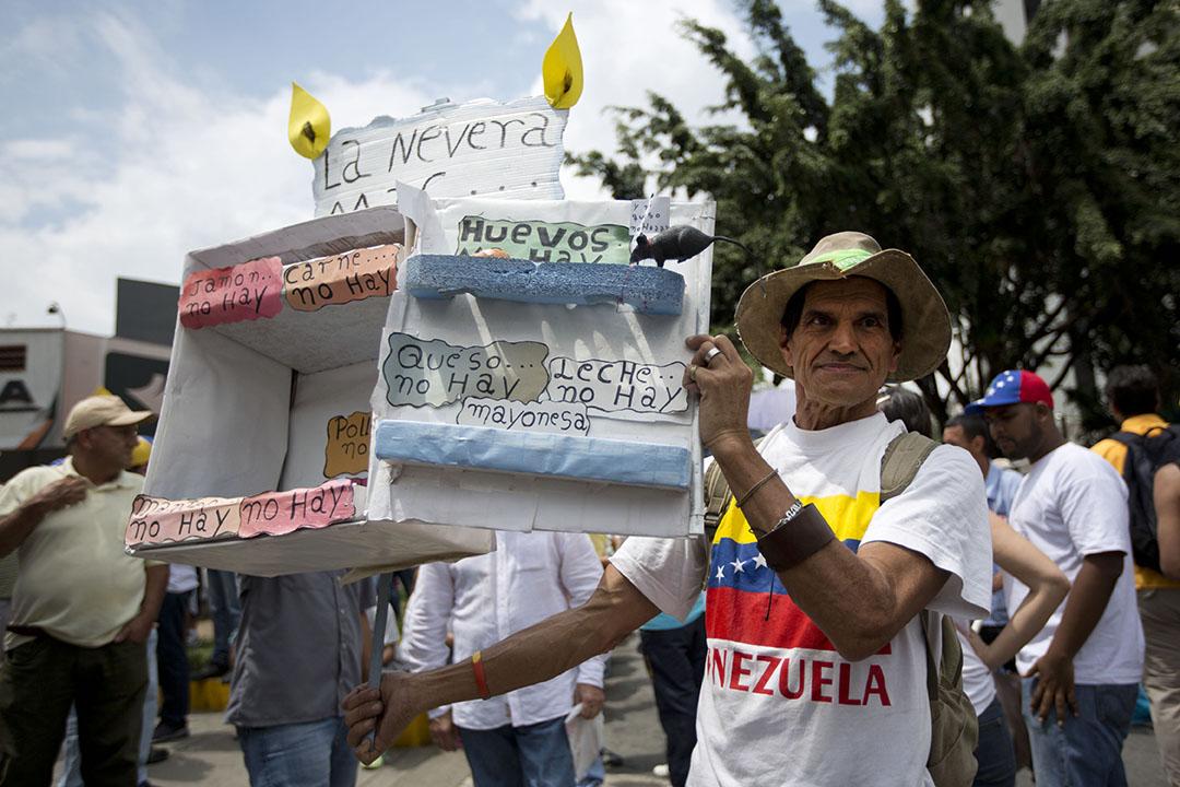 2016年5月14日,委內瑞拉首都加拉加斯有大批反對派支持者舉行集會,有示威者手持諷刺國內產品短缺的示威道具。