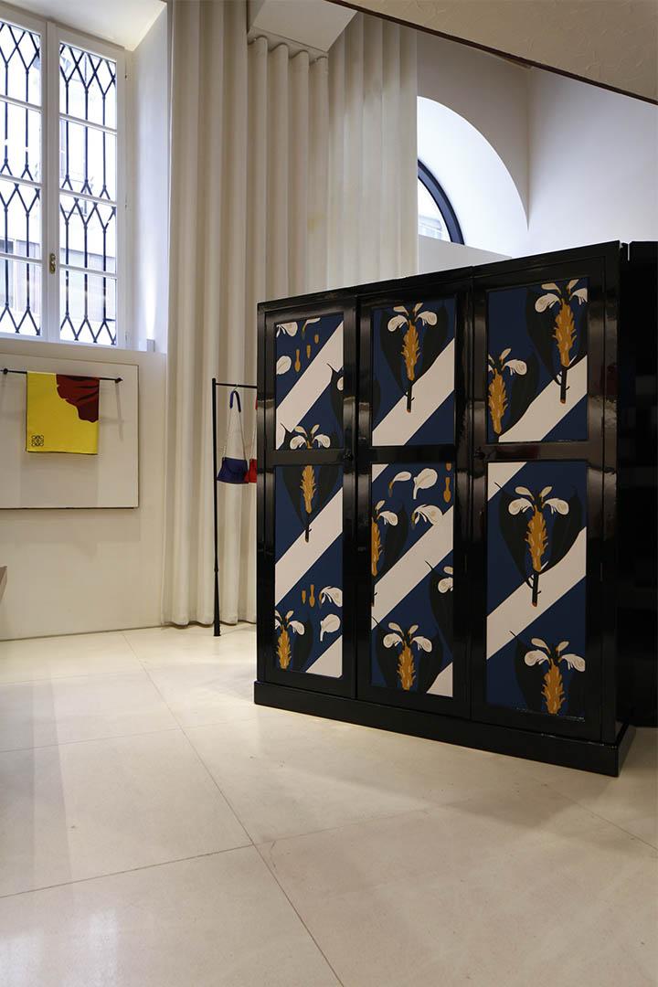 Loewe採用品牌拿手的皮革鑲貼技術在橡木製家具面上鑲貼圖案,視覺效果獨特。攝:Leo Chan