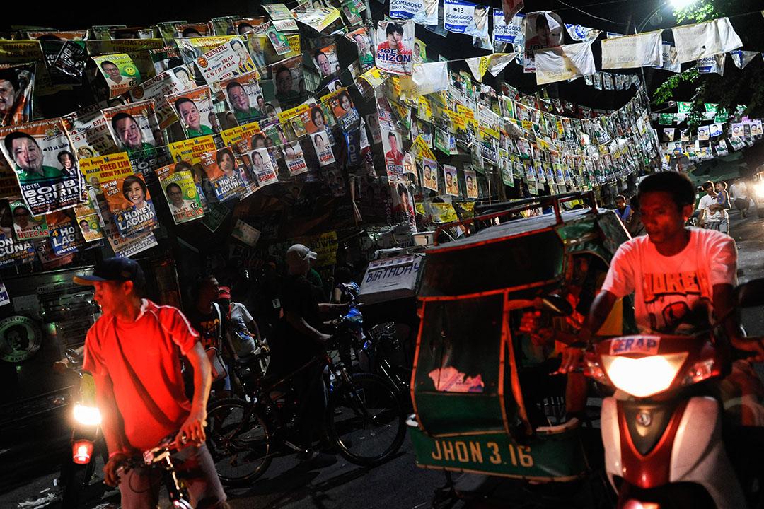 市民走過掛滿選舉海報的大街。