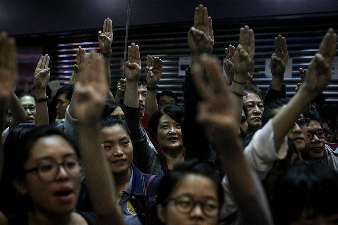 2014年11月26日,群眾在雨傘運動中嘗試重奪旺角佔領區。 攝:Chris McGrath/GETTY