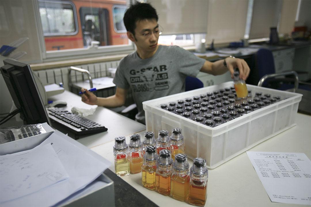 2008年6月30日,中國反興奮劑中心職員正檢查運動員尿液樣本。