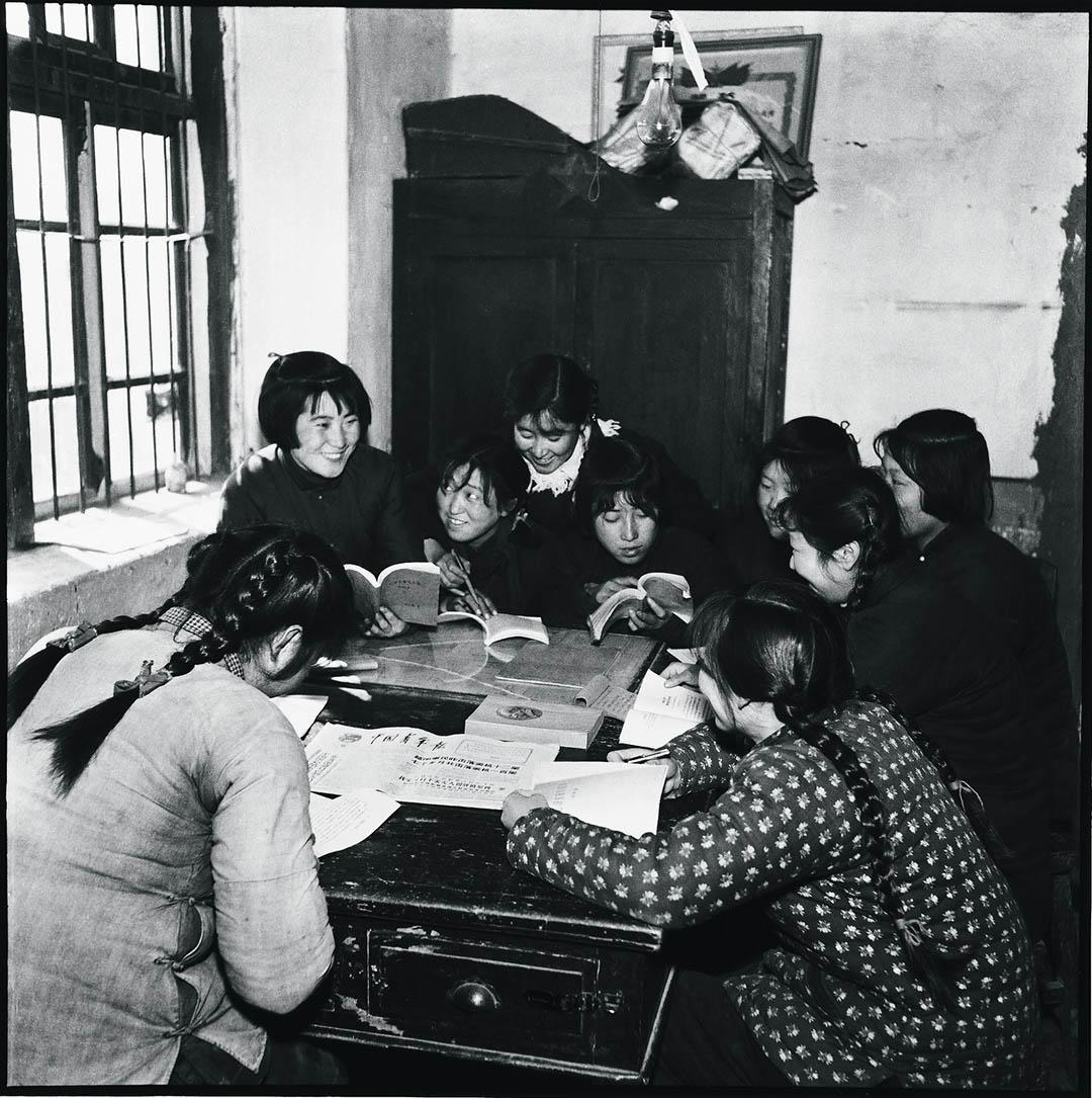 1965年,黑龙江省哈尔滨市阿城區,女工們在工餘時間閱讀毛澤東的著作和由黨控制的報紙。