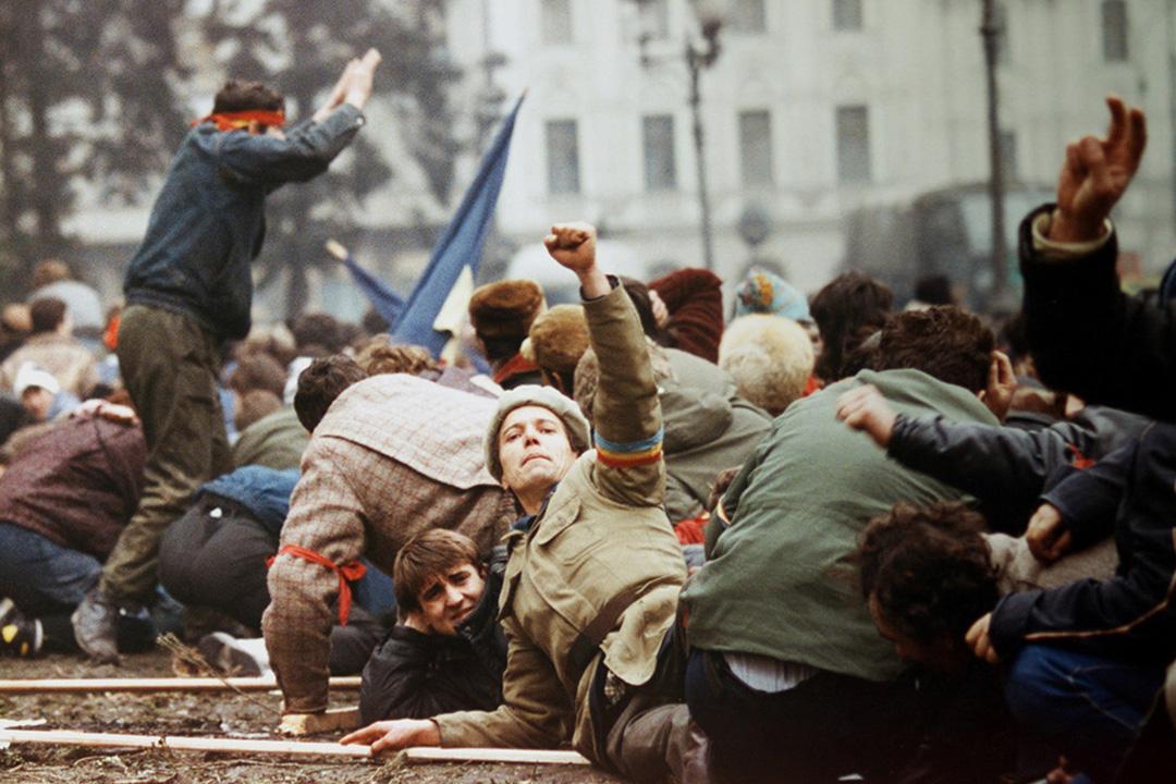 羅馬尼亞 - 羅馬尼亞革命 - 1989年12月16日至12月27日 - 1989年12月16日,蒂米什瓦拉發生警察與當地居民的激烈衝突,結果警察對居民開槍,造成數人傷亡。該衝突事件引發了羅馬尼亞境內大規模反政府的遊行和示威活動。12月21日,在布加勒斯特羅馬尼亞共產黨總部前廣場舉行集會,近10萬人參加。總統壽西斯古在集會上講話,演講過程中有人點燃爆竹,造成現場混亂。在一些大學生和部分市民的參與下,集會轉變為一場反對壽西斯古的抗議示威。保安部門向人群開火,造成傷亡。壽西斯要求國防部長瓦西里·米列亞動用軍隊鎮壓抗議民眾被拒絕,其後國防部長被發現死亡。軍隊與壽西斯古決裂,與廣場上聚集的民眾,開始佔領各政府機關。各地都出現了壽西斯古的保安部隊和反對壽西斯古的軍隊激烈交火的場面。其後在逃亡的壽西斯古夫婦被軍隊逮捕。於12月25日在軍事法庭被判決屠殺罪並執行槍決。事件中1104人死亡,3,352受傷。