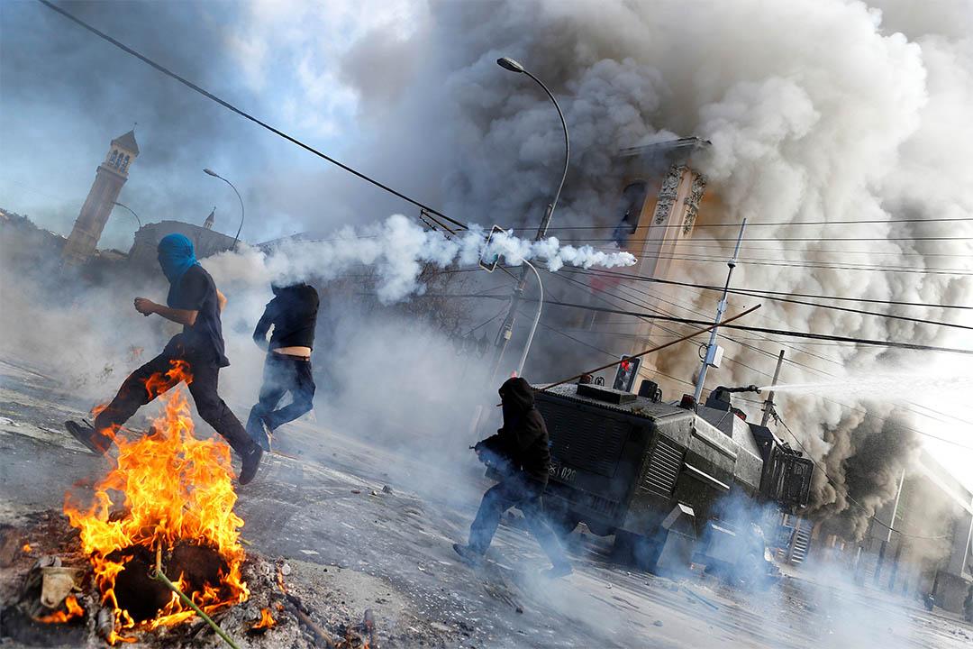 2016年5月21日,智利瓦爾帕萊索,總統米雪·巴切萊在國會演講期間,反政府示威者與防暴警察衝突。