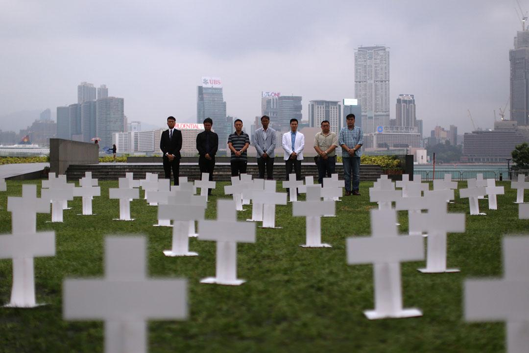 政黨把政府總部外草地化成墳場,要求張德江為隱瞞沙士疫情道歉。