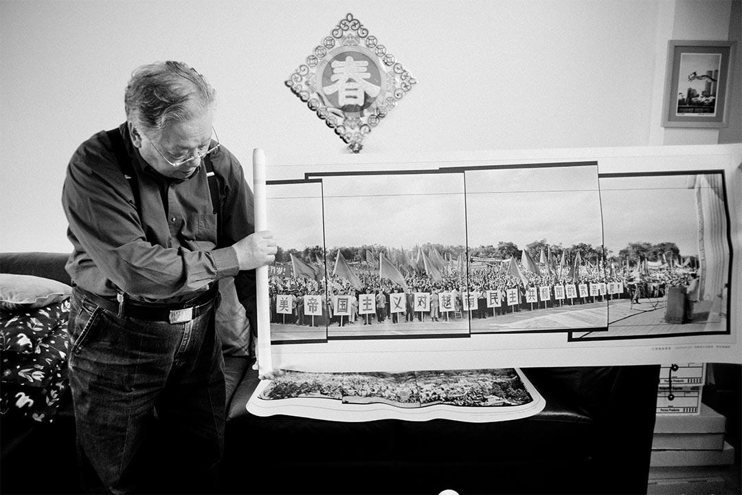 文革期間李振盛利用接片的技術完美和真實的記錄了大量浩大的場面。這張4張120照片的接片是1964年8月10日在哈爾濱文化廣場舉行的抗美援越集會場面。