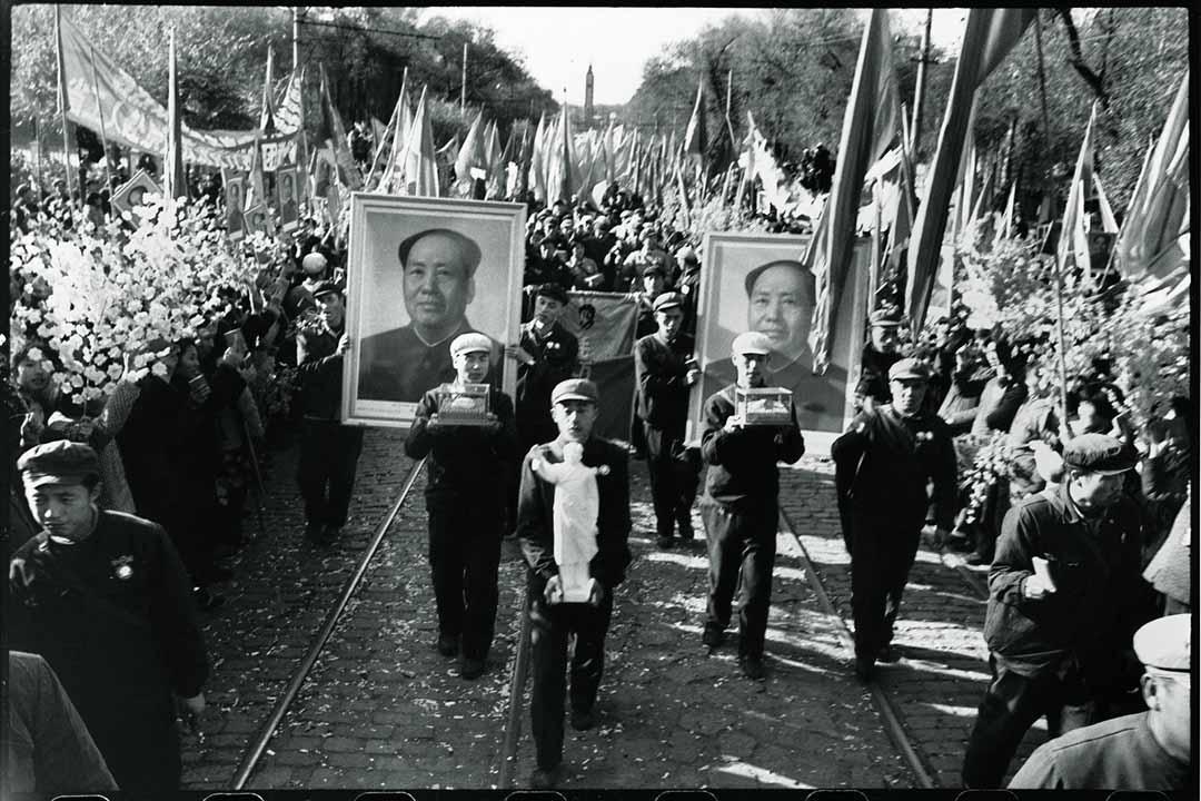 1968年10月14日,參與完國慶典禮由北京回來後,黑龍江革命委員會代表在哈爾濱火車站接受群眾歡迎。