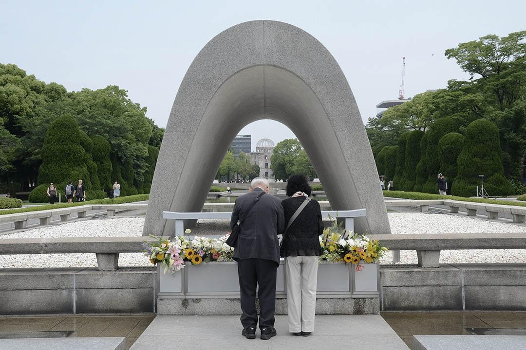 5月27日奧巴馬訪問廣島當日上午,一對日本夫婦核爆遇難者慰靈碑前祭拜。