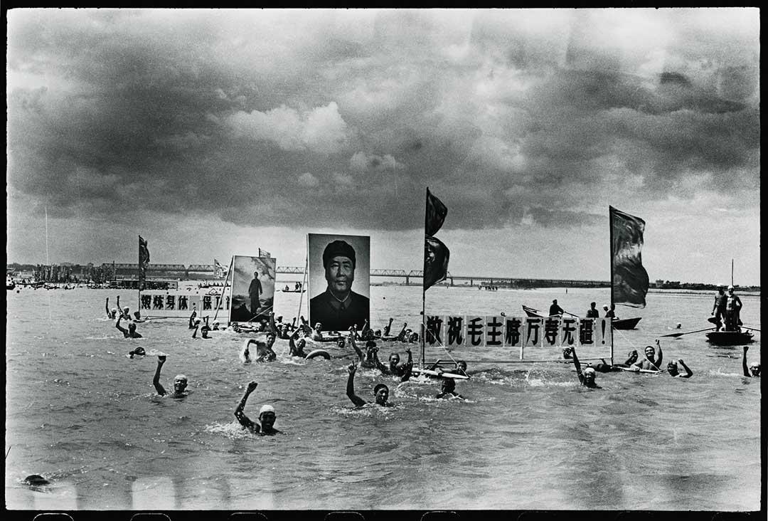 1967年7月16日,人們在松花江紀念毛澤東在長江游泳一周年。毛澤東在長江游泳,標誌著他在文革開始後重返權力位置。