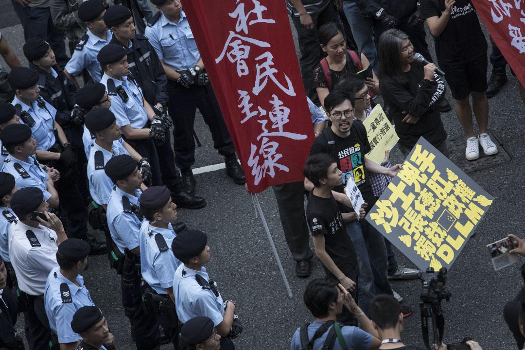 社民連計劃遊行至禮賓府向全國人大委會長張德江示威,被警方防線阻止前進。
