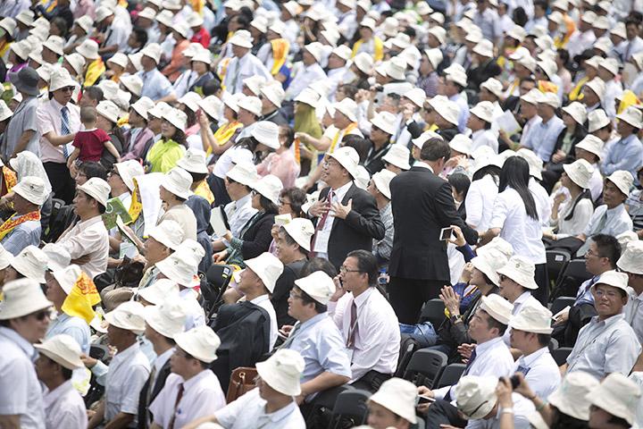 支持者在現場開心地唱著歌。