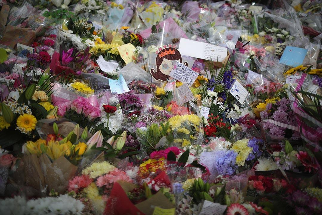 市民奉献鮮花哀悼遇襲身亡的英國工黨女議員考克斯(Jo Cox)。
