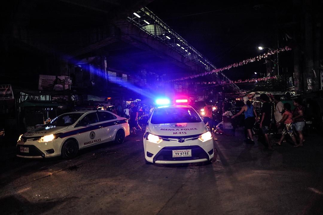 2016年6月8日,菲律賓馬尼拉,警察在一個棚寮區巡邏。