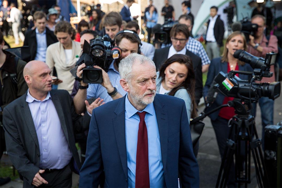 2016年6月24日,英國公投脫歐結果公布,持留歐意見的工黨黨魁謝洛美·郝爾彬被記者追訪。