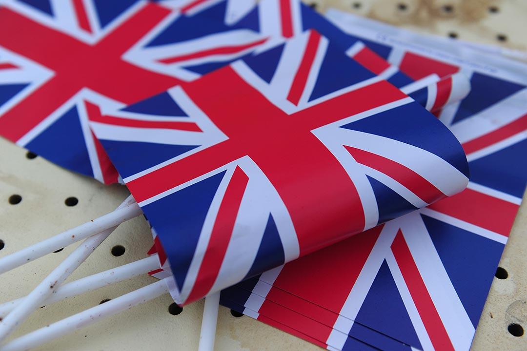 2016年6月18日, 英格蘭雅士谷賽馬場,一堆英國國旗擺放在桌上。