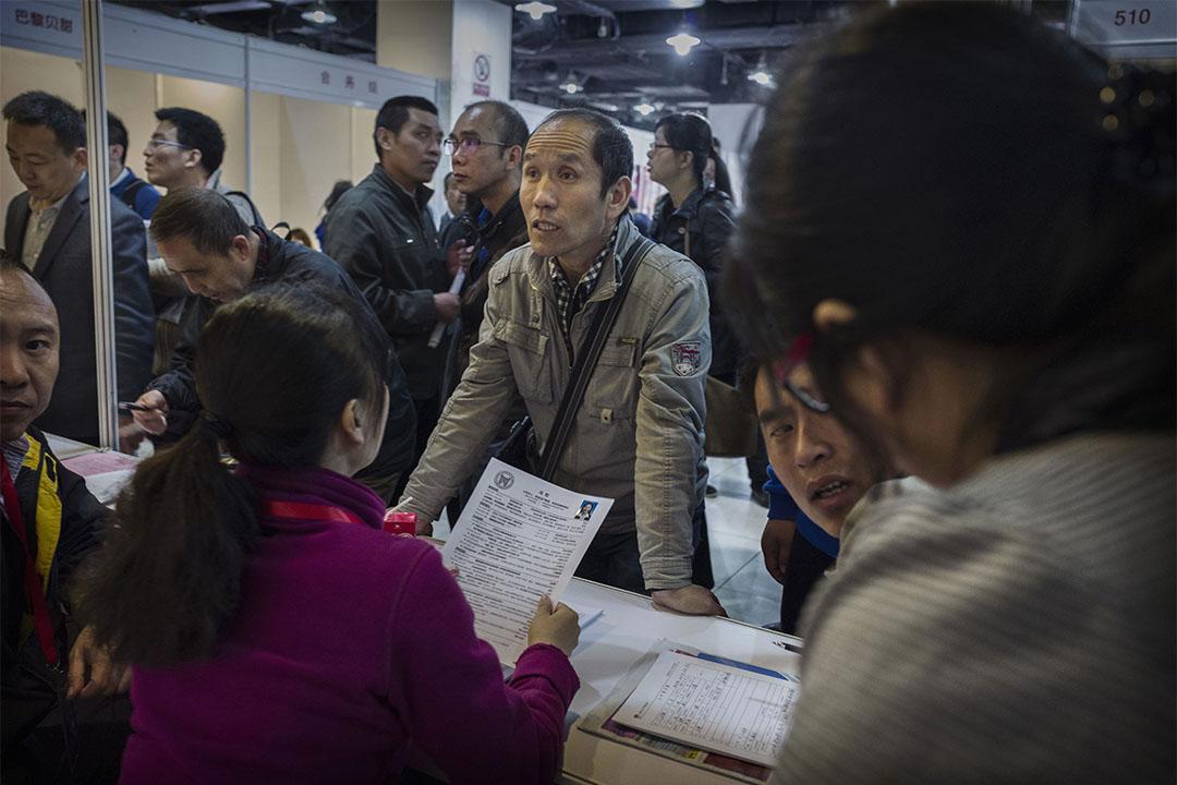 2016年4月16日,中國北京,一名求職者跟招聘人聊天。