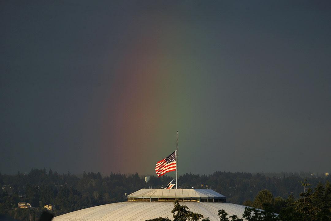 2016年6月13日,華盛頓,建築物頂上降下一半的國旗。