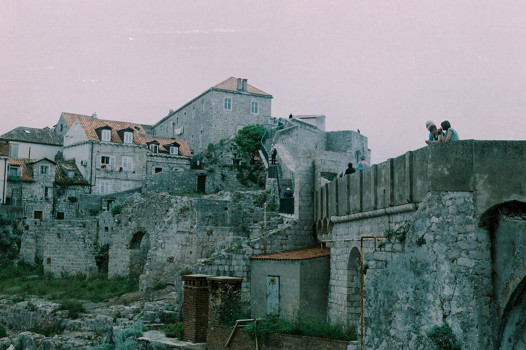 Dubrovnik 結構完整的古城牆引來 Game of Thrones 的拍攝隊伍及朝聖遊客,卻阻撓不了1991年南斯拉夫人民軍圍城時的攻勢。作者提供