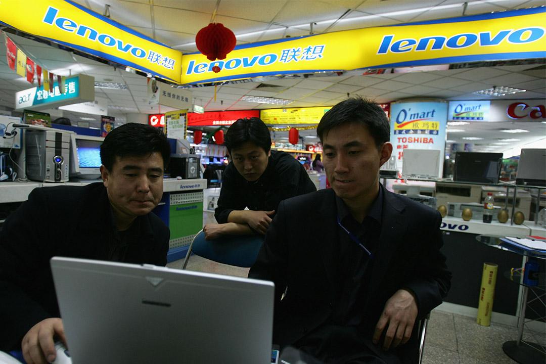 一名售貨員正向客戶銷售 Lenovo的電腦。
