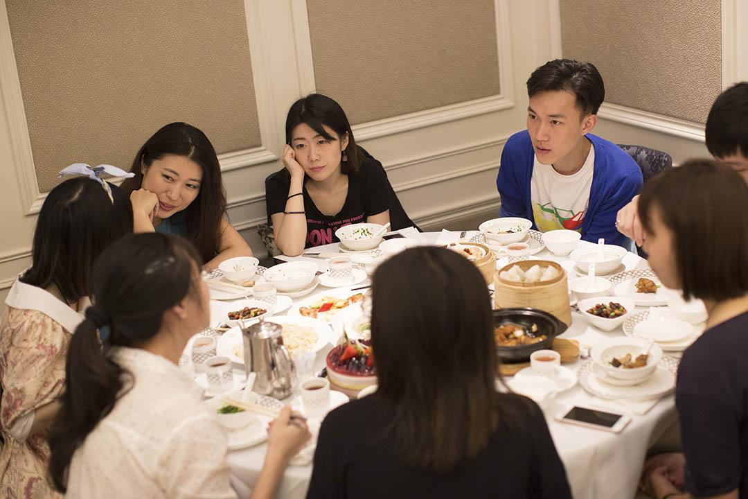 8個內地生從香港浸會大學畢業後,「港漂」5年的同學聚會。