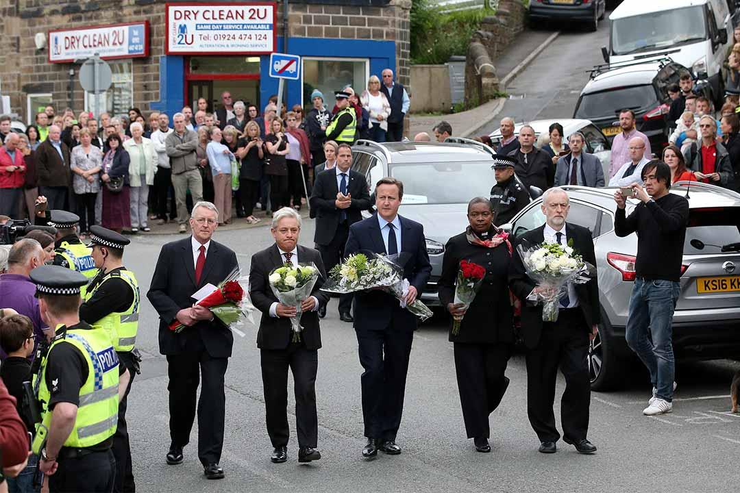 2016年6月17日,英國首相卡梅倫到達Jo Cox遇害現場悼念,向其致敬。