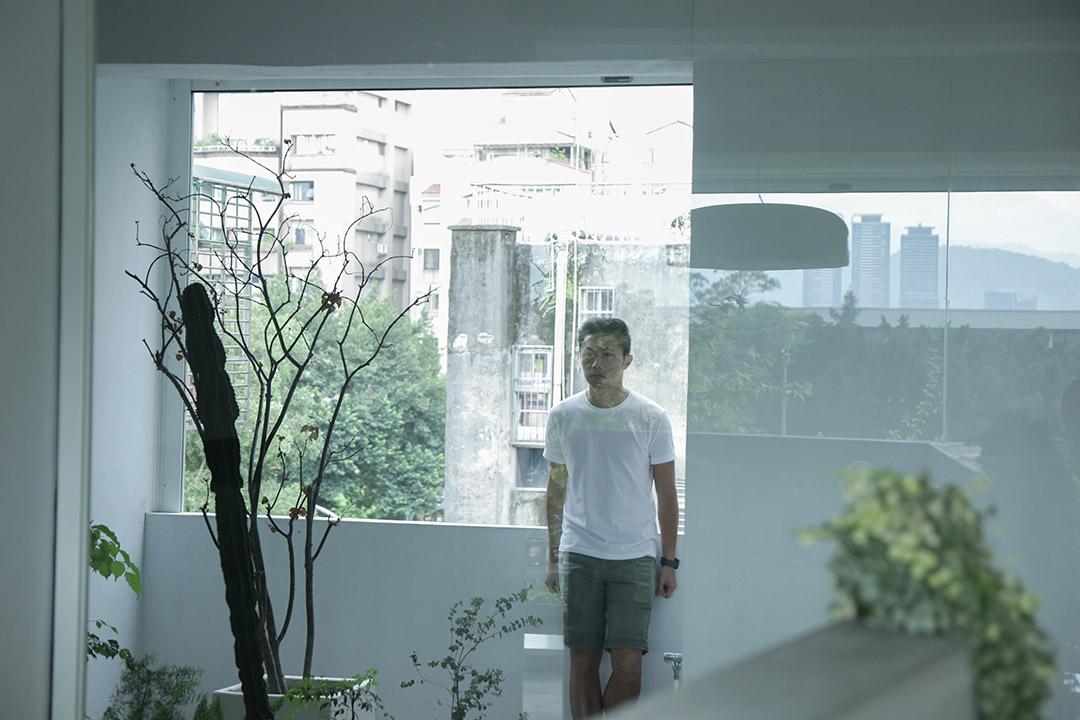 聶永真規劃出工作室的半戶外陽台,提供在設計工作之餘的休憩空間。