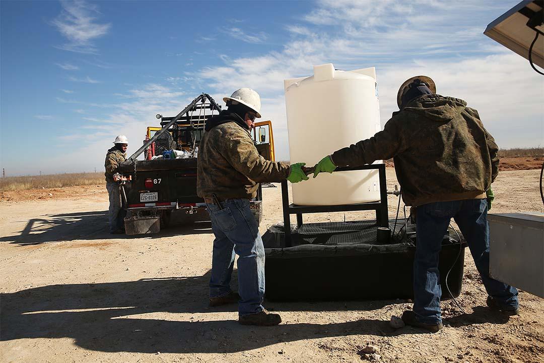 圖為油田公司職員在鑽探地區工作。